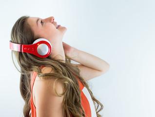 красивая девушка в наушниках слушает музыку