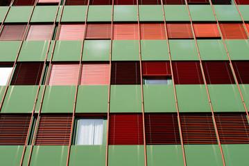 Facciata edificio moderno, verde e rosso con finestre