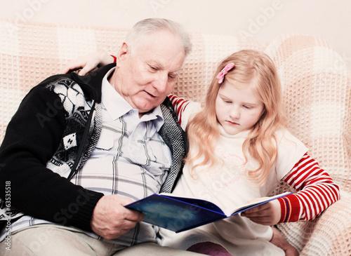 дед трхает внучку