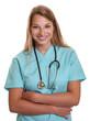 Lachende Krankenschwester mit blonden Haaren