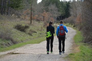 Matrimonio caminando juntos por el campo