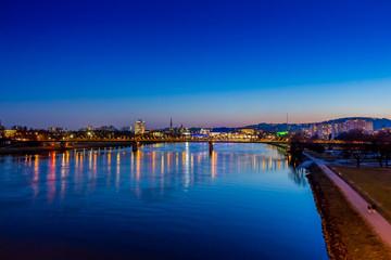 Linz mit Dom und Eisenbahnbrücke
