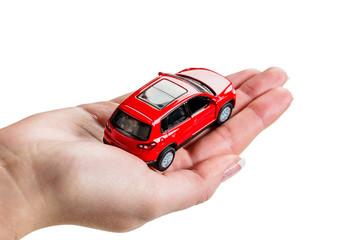 Hand hält Modell eines Autos