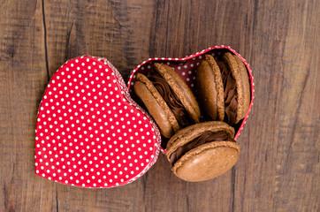 Rotes Herz mit Baiser Macaron mit Schokolade
