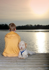 Teenager mit Hund am See