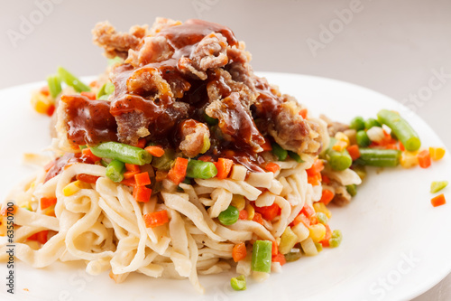 noodle with beef and vegetables