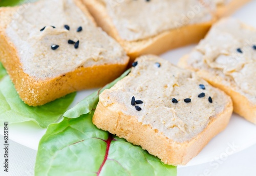 Toasts with tuna paste and green salad