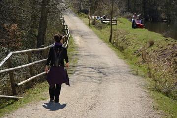 Mujer caminando con familia sacando fotos al fondo