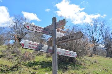 Señales de direccion en encrucijada de cruce en un camino rural