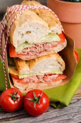 Sandwich mit Gurke, Tomate und Thunfisch