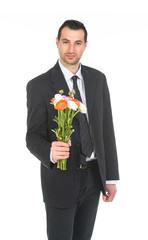 Giovane ragazzo che offre fiori