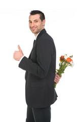 Ragazzo che regala mazzo di fiori