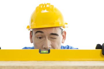 Handwerker mit Wasserwage und Augenmaß
