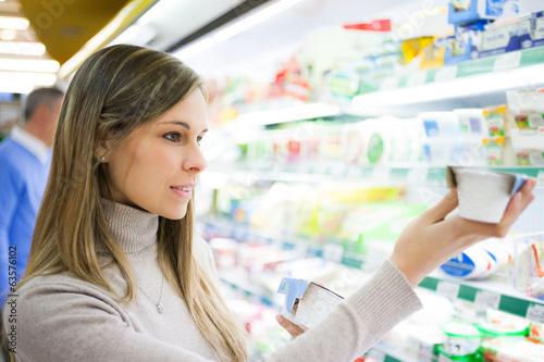 Keuken foto achterwand Boodschappen Woman shopping at the supermarket