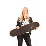 junges Skater Girl in Lederjacke