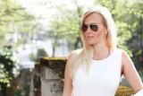 Blonde Frau im Sommer mit Sonnenbrille