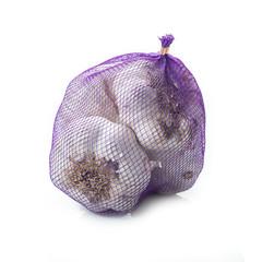 Bolsa de redecilla de ajos aislada sobre fondo blanco