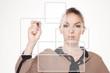 Frau drückt virtuellen Button