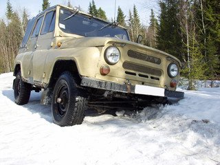 Russian off-road vehicle fell into a deep snow