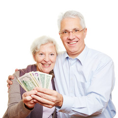 Zwei glückliche Senioren halten Dollar