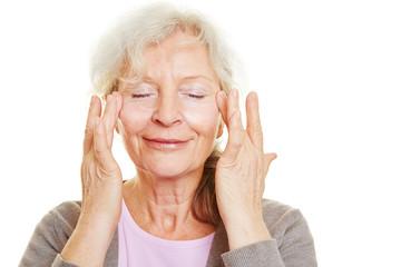 Seniorin cremt ihre Haut ein