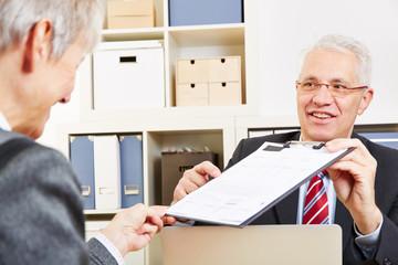 Berater überreicht Protokoll zur Unterschrift