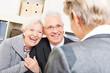 Paar Senioren bei Beratungsgespräch in Bank