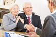 Paar Senioren begrüßt Berater in Bank