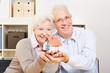 Paar Senioren hält Haus in den Händen