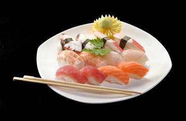 Sushi de atún y salmón crudo,comida japonesa.