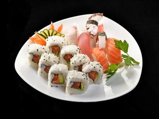 Sushi roll con atún y salmón,comida japonesa.