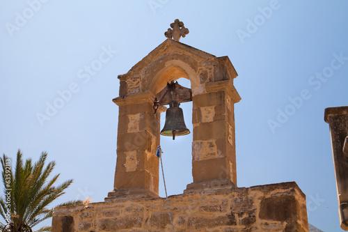 Колокол на старой деревенской церкви. Греция. Крит