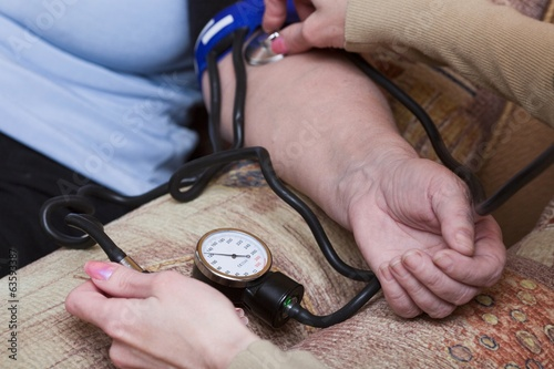 To woman measure arterial pressure by medical device