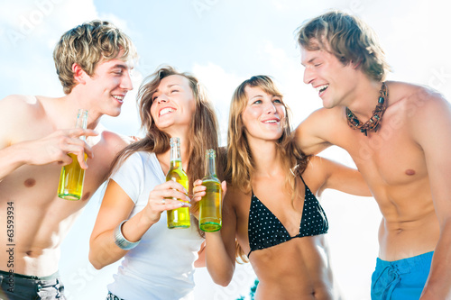 Gruppe feiert Party am Strand