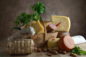 cesto di formaggi e salumi