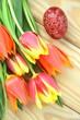 piękna pisanka wielkanocna i tulipany