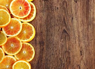 cornice di arance rosse