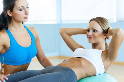 Woman training her abs.