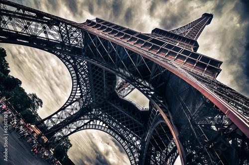Leinwanddruck Bild View of Eiffel tower in Grungy dramatic style