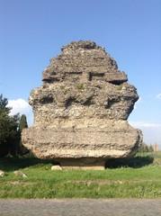 Sepolcro a Piramide su Via Appia antica