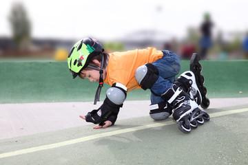Kind fällt beim skaten hin