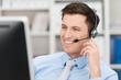 Leinwanddruck Bild - freundlicher geschäftsmann telefoniert mit headset
