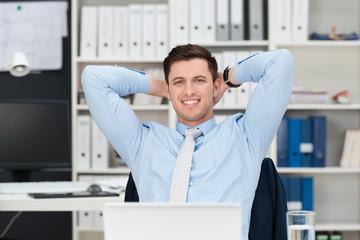 zufriedener mann am arbeitsplatz