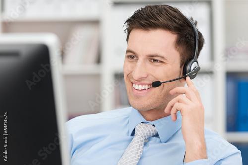 Leinwanddruck Bild freundlicher geschäftsmann telefoniert mit headset