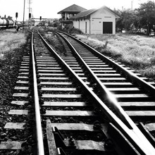 Vieux chemin de fer en zone rurale