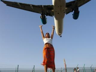 Mujer Y Avión Aterrizando