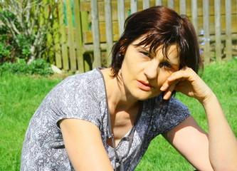 portrait d'été,femme quarantaine, naturelle,souriante