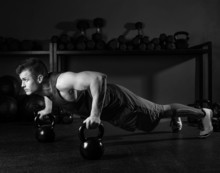 Kettlebells homme push-up force séance de gym