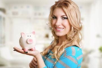 hübsches lächelndes Mädchen mit weißen Sparschwein