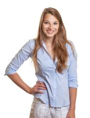 Wartende junge Frau mit blauer Bluse und guter Laune